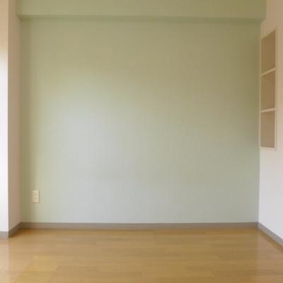 きれいなミントグリーン!壁収納も。