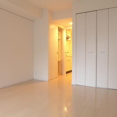 収納の扉も白ですっきり