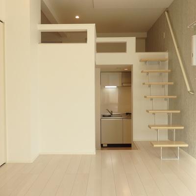階段おりてキッチンへ!