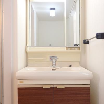 ちょいレトロな独立洗面台。