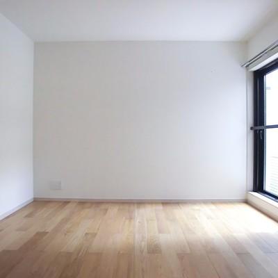 こちら寝室。窓が大きい♪