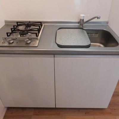 キッチンは2口。シンクに洗い物置き付いていて便利!