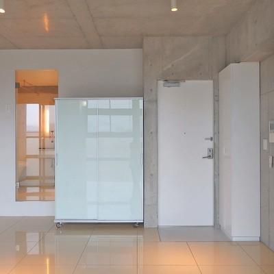 収納は可動式のクローゼットで。玄関横にはシューズボックスもあります。