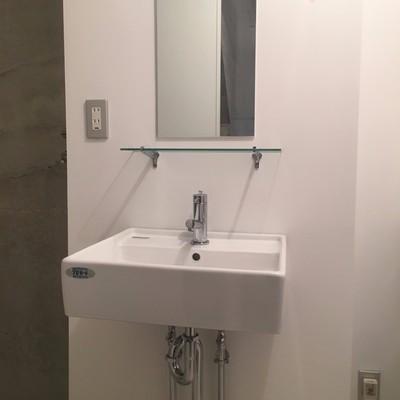 清潔感ある独立洗面台。縦長鏡がモダン