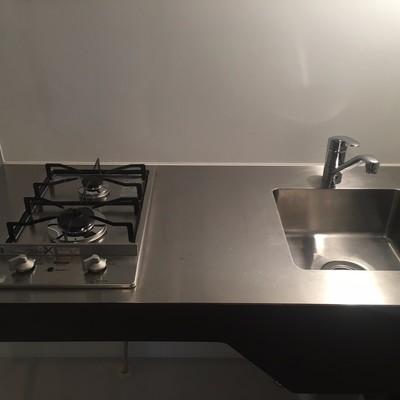 キッチンはコンパクト、二口ガスコンロ。