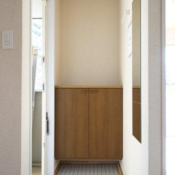 玄関は白タイルで明るい印象に!※写真は前回募集時のものです