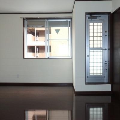 3階の階段を上がってすぐの洋室です。