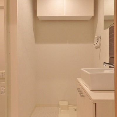 洗濯機置き場の上には収納スペースあり!