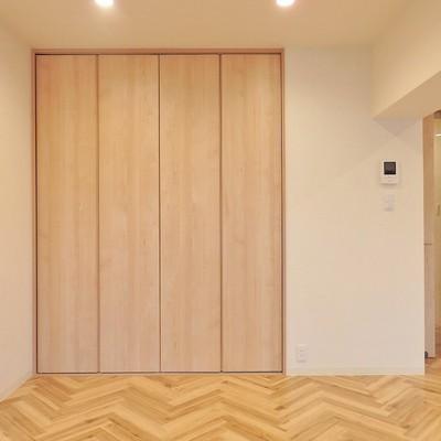 収納の扉は木の香りが優しい…!