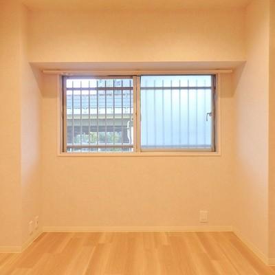 北側の洋室にも窓がついてます。