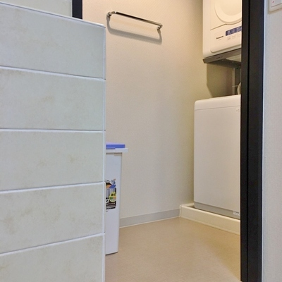 キッチンの横に洗濯機置き場のスペース。ゴミなんかもここにまとめてしまいましょう!