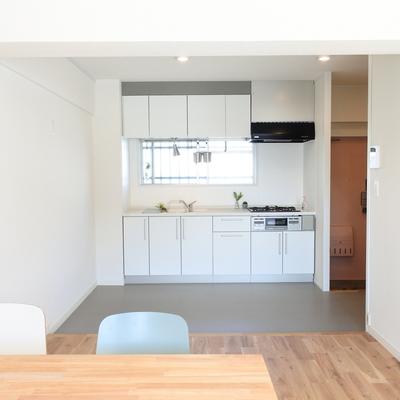 キッチン周りは土間っぽくなってます。