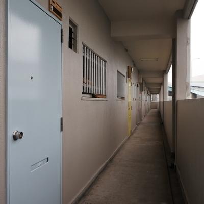 お部屋のドアはブルー・ピンク・イエローとポップです♪