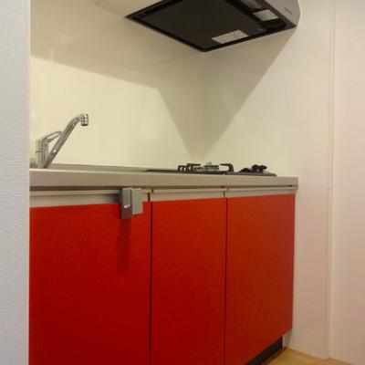 こちらも元気の源、赤いキッチン!※別部屋の写真です