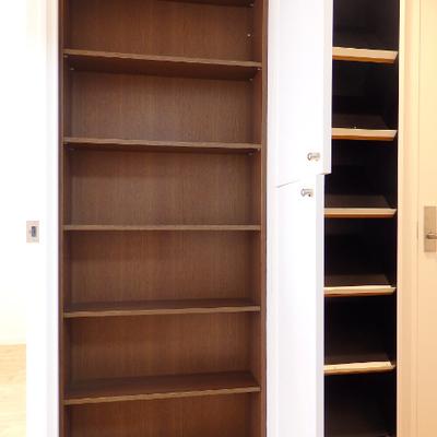廊下の中腹に棚が付いています。靴なども仕舞えます