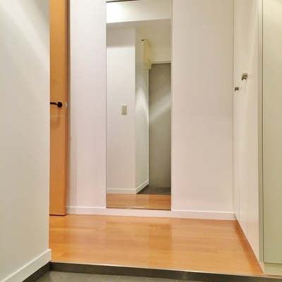 玄関周りもゆったりした空間になっていました。姿見があるのも嬉しい◎