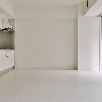 反対側はキッチン。