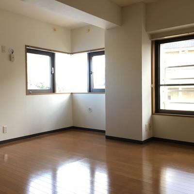 こっちは8.2帖のお部屋。角の窓がいい感じですね!