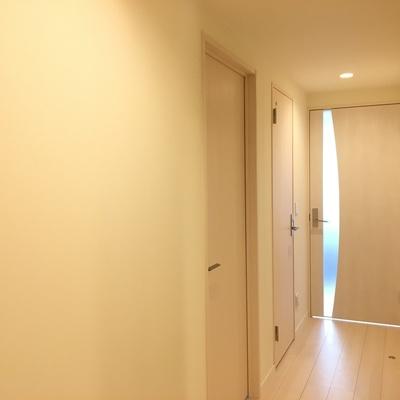 玄関。白くてきれいです