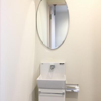 には、手洗い洗面付きー!!楕円の鏡もいい