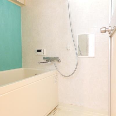 お風呂の壁がターコイズ!