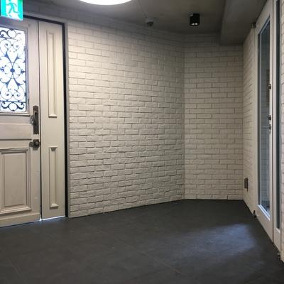 1階共用部。白レンガがかっこいいですね〜