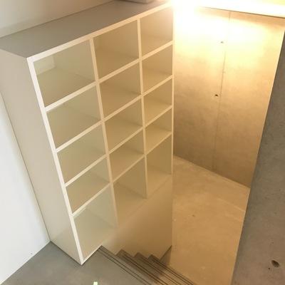 玄関とびら開けて半地下に収納