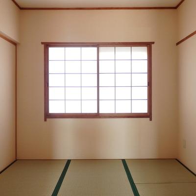 玄関入って右側の和室です。畳のいい香りがします!
