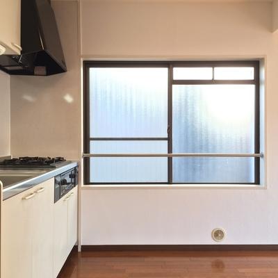 キッチン横にも窓があります