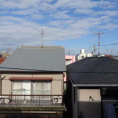 窓から見えるのは、民家です。