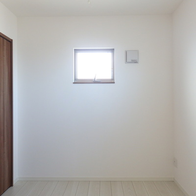 洋室には小窓が2つ。