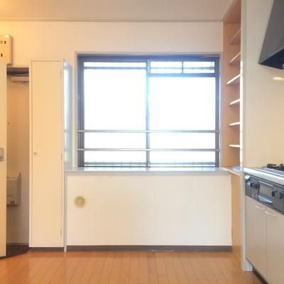 キッチン横にも窓がついています
