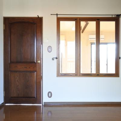 木製の扉と、ガラス窓。レトロな雰囲気が素敵。