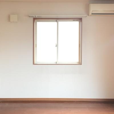 キッチン側から。こっちの窓は南向き