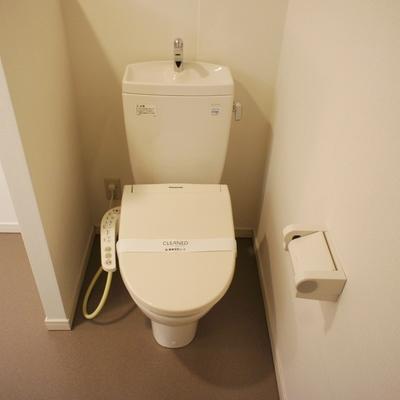 トイレはちょっとした壁で仕切られてます。※写真は前回募集時のものです