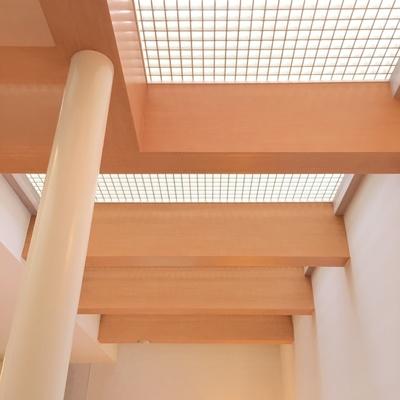 1階は2階サンルーム床から日差しがこぼれます