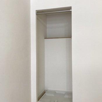 洗濯機置場は居室の端にあります。
