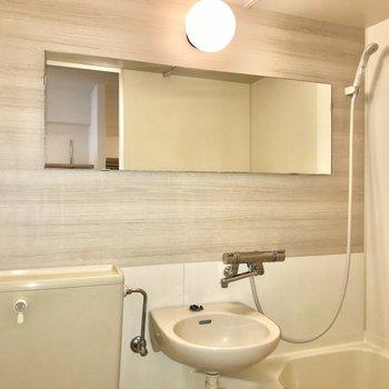 浴室は3点ユニット。シャワーで丸洗いなんてこともできますよ。