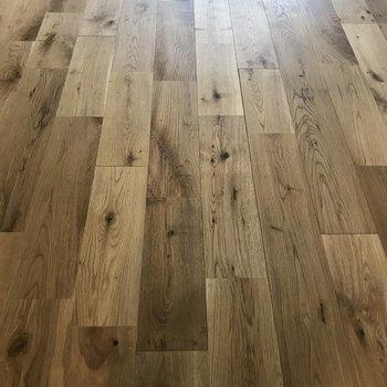 オーク材の無垢床はさらさらです。