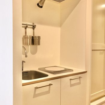 ホワイトで清潔感があるキッチン。