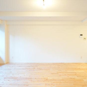 さらさらのカバサクラの無垢床はきれいな光沢が特徴的