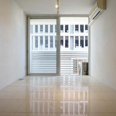 床は白いタイルバリで高級感 ※写真は同間取り別部屋のものです。