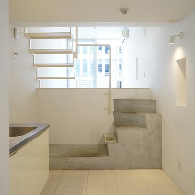 コンクリの階段。。! ※写真は同間取り別部屋のものです。