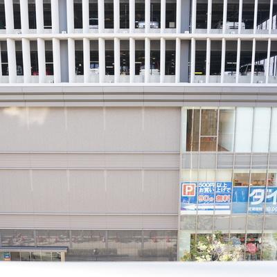 眺望。目の前はライフとホームセンターの入るビル!※写真は同間取り別部屋のものです。