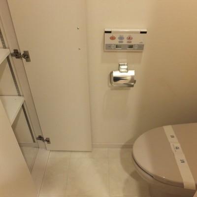 トイレは個室。収納もあります!