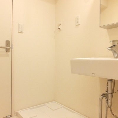 洗面台付近は収納が少ないので洗濯機の上を活用したいですね!