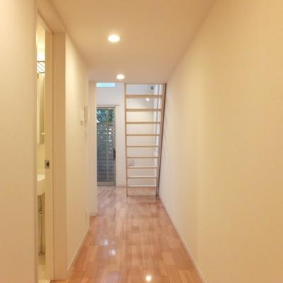 玄関を入ると横幅広めの廊下!
