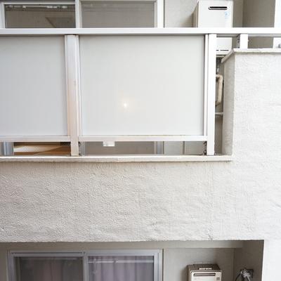 リビング側の窓の外は隣のマンションが・・。※写真は前回募集時のものです