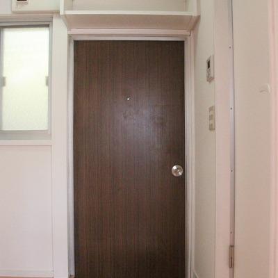 玄関扉上にも収納あり!靴はこちらへ