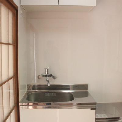 交換して間もない、清潔感漂うキッチン。
